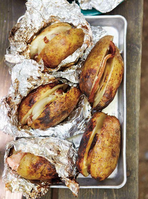 Pommes de terre à l'oignon et au bacon dans la braise