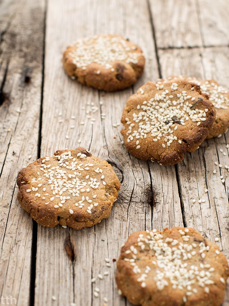 true taste hunters - kuchnia roślinna: Amarantusowe ciasteczka chałwowe z suszonymi figami i wodą różaną (bez glutenu, bez cukru)