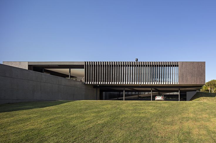 Image 18 of 49 from gallery of Maria & José House / Sergio Sampaio Arquitetura. Photograph by Leonardo Finotti