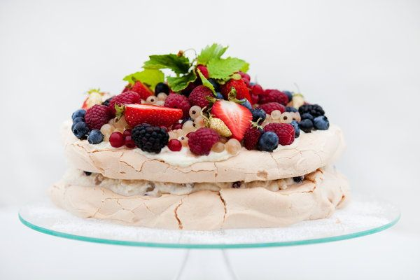 Urodzinowy tort bezowy z owocami - Przepis - Onet Gotowanie