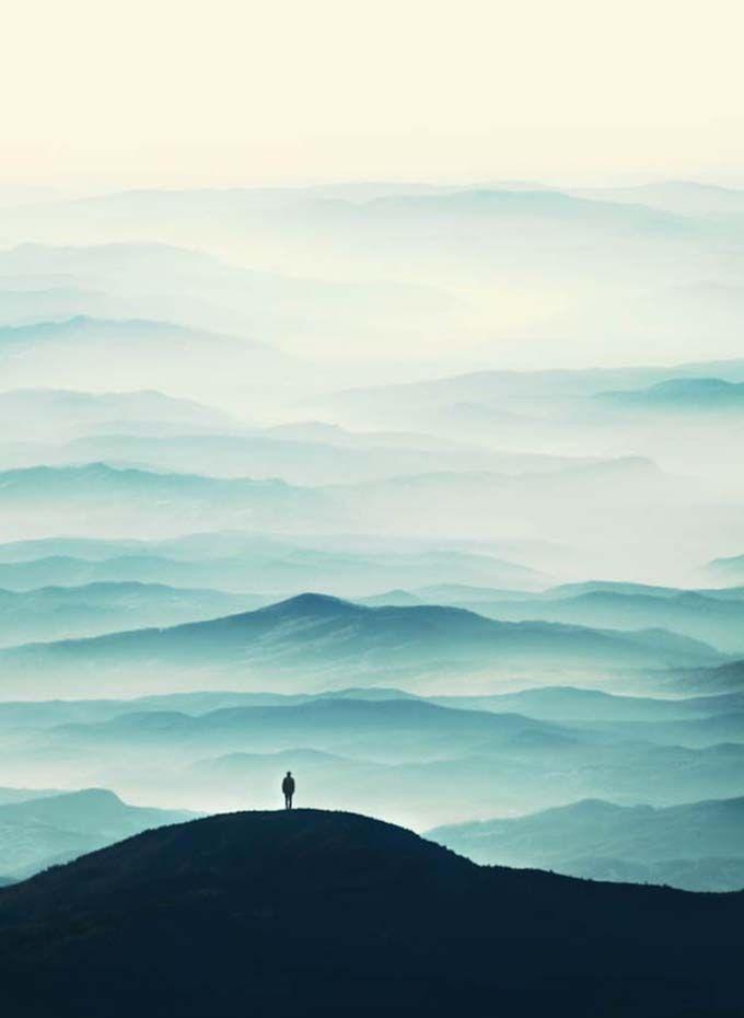 """""""Felicia Simion é uma jovem fotógrafa de 20 anos. Ao invés de se limitar a apenas um gênero de fotografia, ele mistura retratos, paisagens, cenas de rua e fotografia conceitual. Várias de suas novas fotos mostram o que ela chama de """"paisagens oníricas"""", figuras mostrando silhuetas em suas vastas jornadas em paisagens misteriosas."""""""