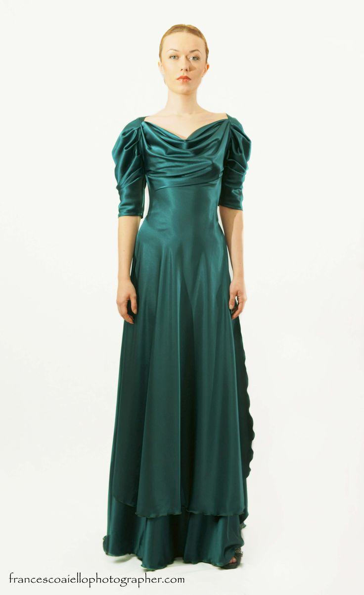 Este vestido largo fruncido de satén verde está totalmente actualizado gracias a su espalda descubierta y su abertura lateral. Desde 800€.