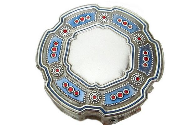 Silver round pill-box, titled 800/1000, hand enameled, size diam. 5 cm.