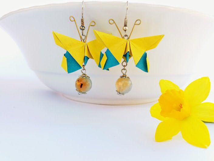 Orecchini origami farfalla dai colori sgargianti e primaverili ,carta bicolore giallo azzurro con pietra dura pendente per renderli preziosi di diCartaediFilo su Etsy