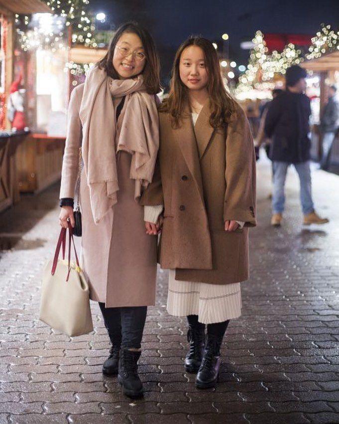 refinery 29germanyVivi, 21, und Yiping Qi, 20 lieben den Weihnachtsmarkt am Alexanderplatz. I Credit: Karolina Kovac l . . . . . #weihnachtsmarkt #christkindlmarkt #glühwein #gluhwein #streetstyle #winter #weihnachten