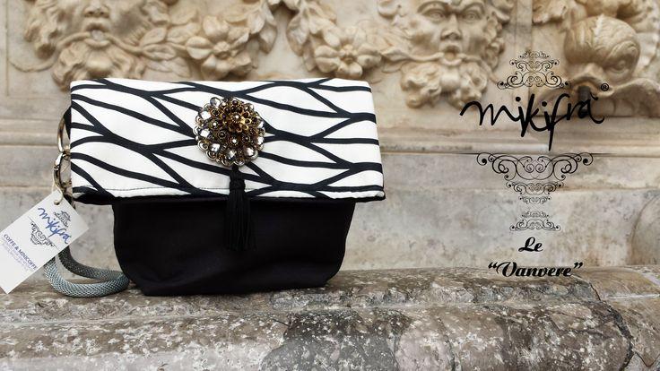 Pochette, Le Vanvere di Mikifrà. Grathiela: Mini Bag in cotone nero e bianco. Gioiello centrale con pietre e nappina. Manichetto in acciaio e maglia metallica.