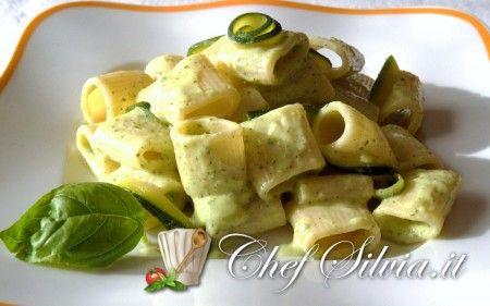 Mezze maniche  alla crema di zucchine 350 gr di mezze maniche 3 zucchine sale e pepe q.b. 3 cucchiai di olio extravergine d'oliva 150 gr di robiola 4 foglie di basilico 1 spicchio di agli