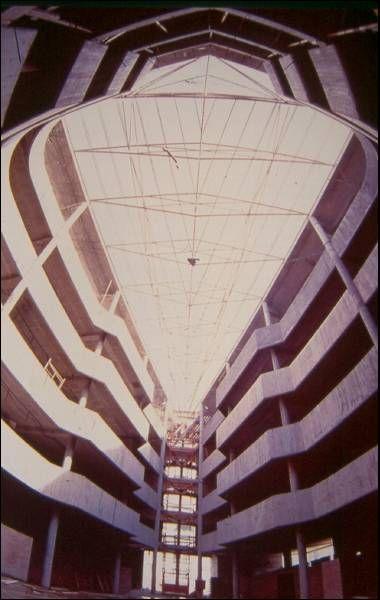Edificio dos Xulgados | Xosé Bar Bóo | A Coruña (1985) | En Construción | Fonte: archxx-sudoe.es
