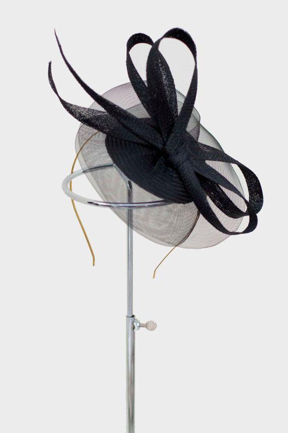 Black Fascinator Mini Hat Sinamay and Crin por MaggieMowbrayHats