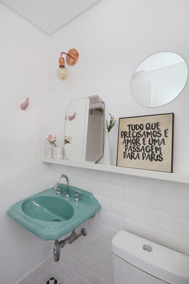 Decoração escandinava amplia apartamento de 60 m² (Foto: Divulgação) quadro no banheiro