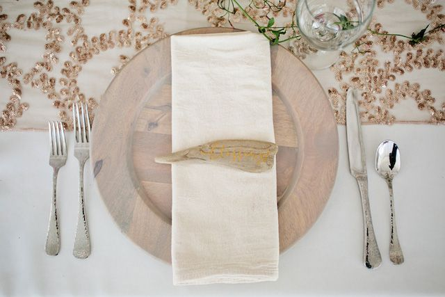 Driftwood place cards | Kristyn Hogan Photography | see more on: http://burnettsboards.com/2014/09/rustic-refined-driftwood-wedding-inspiration/