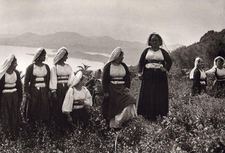Κέρκυρα-Φωτογραφίες μιας απλής, ήσυχης Ελλάδας (1903-1930) Μέσα απο το φακό του Fred Boissonnas -σε φωτογραφίες υψηλής ευκρίνειας O Φιλέλληνας Ελβετός Fred Boissonnas είναι ο πρώτος ξένος φωτογράφος που περιηγήθηκε τόσο πολύ στον ελληνικό χώρο, από το 1903 και για περίπου τρεις δεκαετίες αργότερα. Ταξίδεψε από την Πελοπόννησο ως την Κρήτη και τον Όλυμπο και από την Ιθάκη ως το Άγιο Όρος. Περιηγήθηκε, φωτογράφισε, έγραψε.
