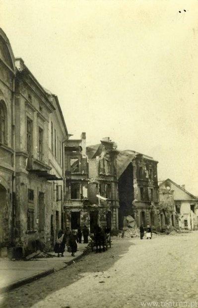 Po lewej zabudowa ul. Zielonej, na drugim planie zniszczony dom na rogu Zielonej i Staszica. W głębi wypalone mury Pałacu Czartoryskich (budynek z trójkątnym szczytem) i słabo widoczne gruzy kina Corso.    Do lipca 1944 Pałac Czartoryskich nie był widoczny od ulicy Zielonej, ponieważ zasłaniało go właśnie kino Corso. Kino Corso zostało dobudowane do pałacu w XIX w., w miejscu obecnego skweru przed pałacem u zbiegu ulicy Staszica i Radziwiłłowskiej.
