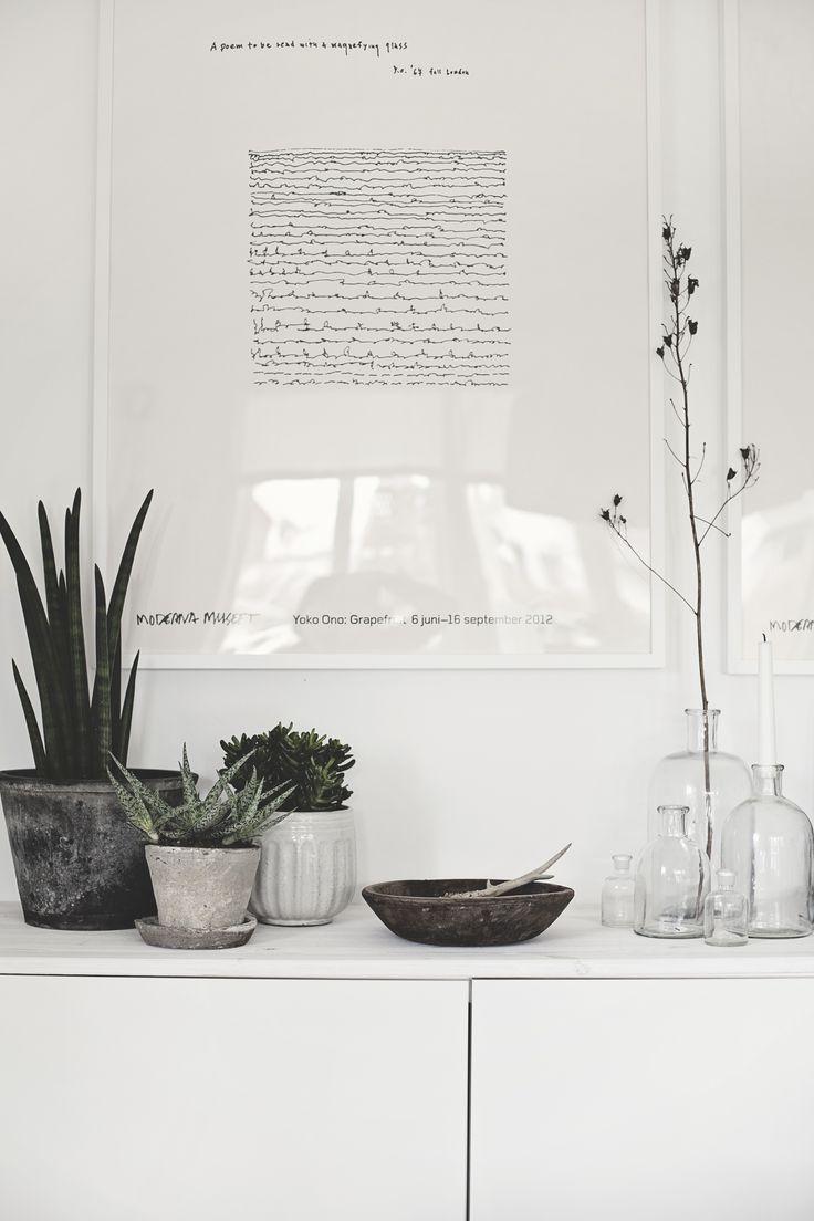 I och med att vi möblerade om i vardagsummet så fick jag ny energi till att fixa till rummet lite till. Igår fyllde jag på med ännu mer gröna växter. Det händer något i rummet när man tar in växter...