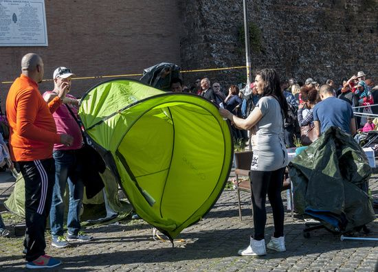 Movements for the right to housing open the camping tents at Piazzale Ostiense, Rome