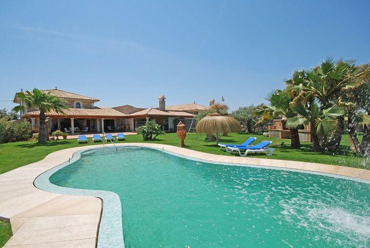 Das Haus verfügt über verschiedene Aussenanlagen, einen privaten Swimmingpool, Terrassen und Veranden