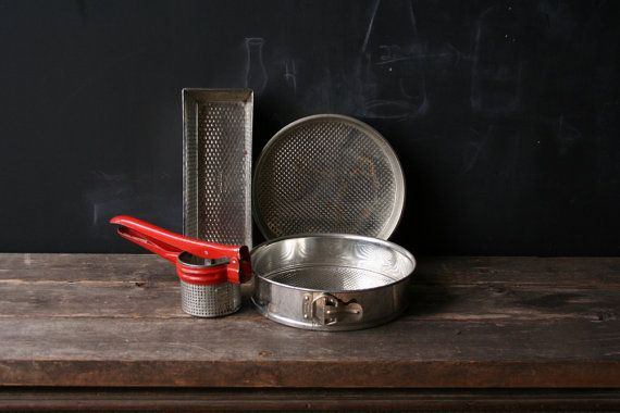 Vintage bakken pannen en aardappel Ricer uit van nowvintage op Etsy