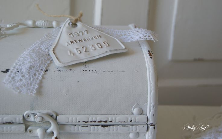 Brocante witte koffer met kantje en label / Vintage white suitcase with lace and label - AukgAaf!