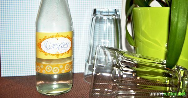 Klarspüler für den Geschirrspüler einfach selber machen. Für 500 ml selbstgemachten Klarspüler benötigst du: 300g Alkohol (billiger Spiritus tut's vollkommen) 200g Wasser 80g Zitronensäure  Quelle:http://www.smarticular.net/klarspueler-fuer-den-geschirrspueler-einfach-selber-machen/ Copyright © smarticular.net