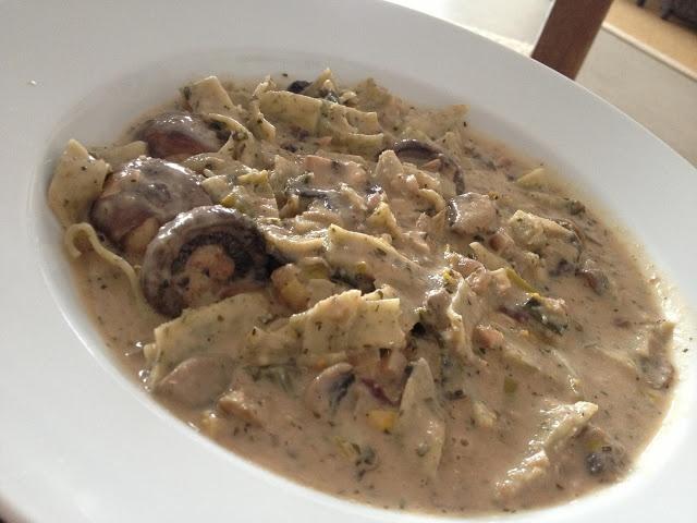 Michelle von LaVeganée findet ja, dass ihr Mittagsgericht (Bärlauchnudeln in einer Pilzlauchsauce) nicht schön aussieht, aber was meint ihr?