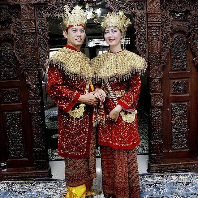 Aessan Gede dan Aesan Paksangko Pakaian adat Sumatra Selatan sangat terkenal dengan sebutan Aesan gede yang melambangkan kebesaran, dan pakaian Aesan paksangko yang melambangkan keanggunan masyarakat Sumatera Selatan. Pakaian adat ini biasanya hanya digunakan saat upacara adat perkawinan. Dengan pemahaman bahwa upacara perkawinan ini merupakan upacara besar. Maka dengan menggunakan Aesan Gede atau Aesan Paksangko sebagai kostum pengantin memiliki makna sesuatu yang sangat anggun, karena…