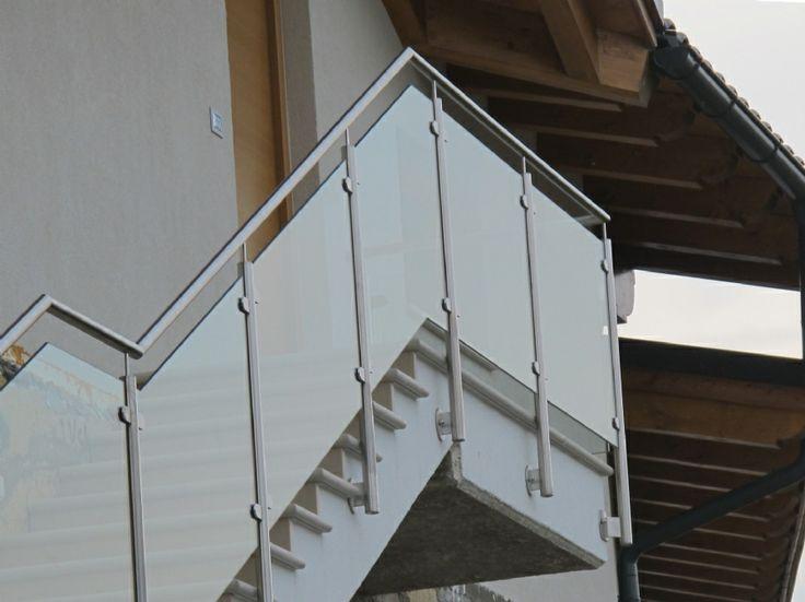 Inspiration: parapetto in vetro e metallo per scale esterne e terrazzi. #terrazzo #balcone #parapetto #vetro