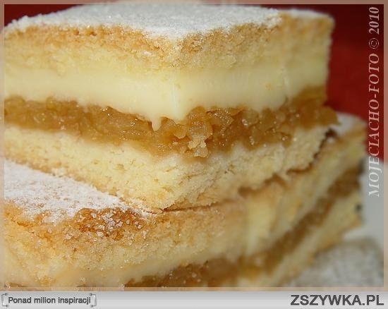 Jabłecznik z budyniem Składniki:      2 szklanki mąki pszennej     1 szklanka maki krupczatki     2 jajka     16 g cukru waniliowego     ¾ szklanki cukru pudru (daję odrobinę mniej)     250 g margaryny     2 łyżeczki proszku do pieczenia  Masa budyniowa:      1 litr mleka     2 budynie śmietankowe lub waniliowe z cukrem  Ugotować te dwa budynie na litrze mleka.  Ponadto:      1 ½ kg jabłek     cukier puder do dekoracji  Wykonanie:  Z podanych składników wszystko razem połączyć, by powstało…