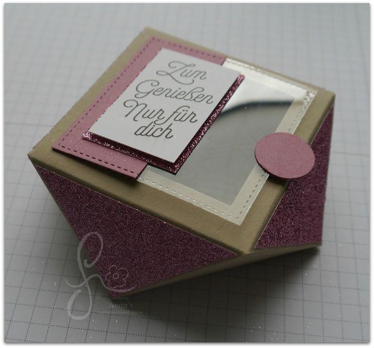 """Da ich viele Anfragen zu der Diamantbox bekommen habe, möchte ich Dir heute gerne die Anleitung zur Verfügung stellen. Du benötigst Papier: Farbkarton Savanne 5"""" x 5"""" Glitzerpapier 2 ¾"""" x 2 ¾"""" Farbkarton Zarte Pflaume (großes Quadrat aus den Framelits Stickmuster) Klarsichtfolie (großes Quadrat aus den Framelits Stickmuster) Weiteres Zubehör: Stanz- und Falzbrett für […]"""