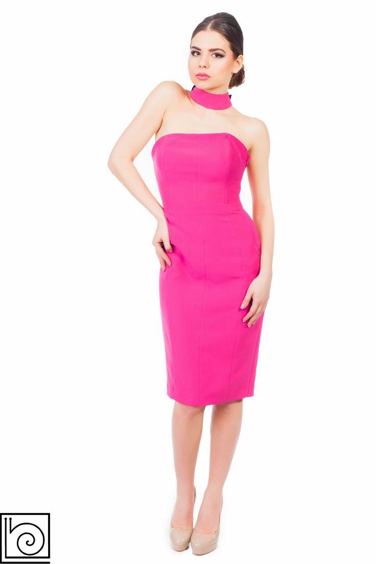 Вечернее брендовое платье розового цвета с открытой спиной. Сзади красивая черная лента с бантом. Длина до середины колена. Lunatic. Италия.
