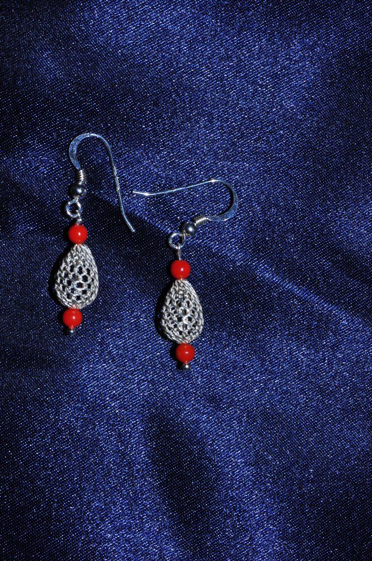 di Oxidex su Etsy orecchini in argento 925, con perline di corallo. questo tipo di pietra naturale, ha un grande potere sulla femminilità, sull'energia di tipo Yin, sulla creatività ed il desiderio, ma anche sull'umore e sulla gioia di vivere.   Euro 25