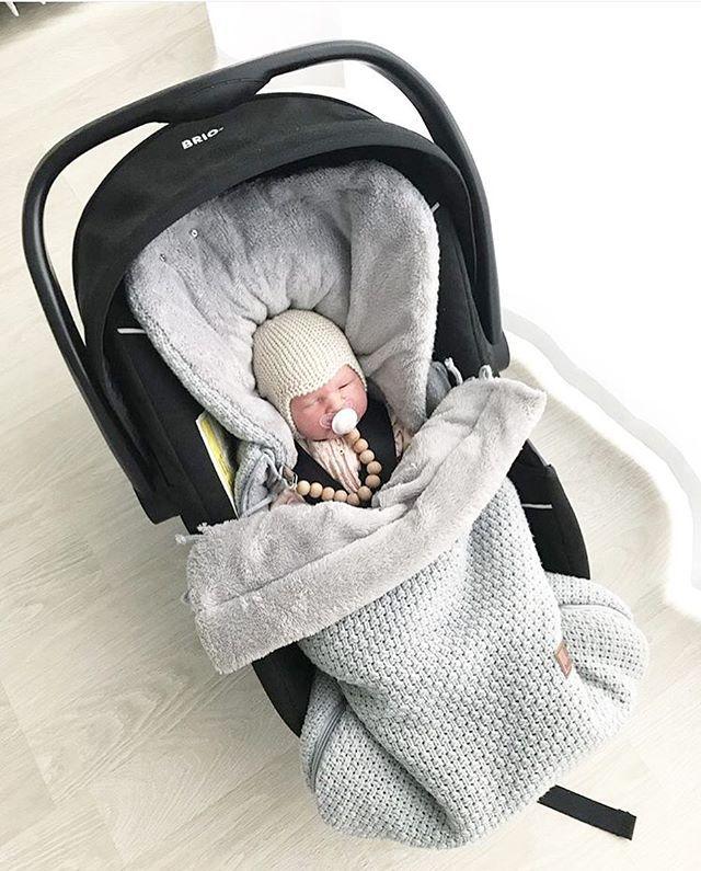 Monen neuvokkaan äidin tyylikäs ratkaisu vauvan pukemiseen Vanhemmat arpovat ja jännittävät, onko vauvalla tarpeeksi vaatetta päällä kun säät viilenevät. Entä kun vauvalle tulee kuuma ja itku toppavaatteissaan? Lämpöpussin avulla vauvan saa nopeasti ja helposti lähtökuntoon: Sisävaatteissa lämpöpussiin, pipo & lapaset ja perheen pienin on valmis! Jos autossa tulee kuuma, lämpöpussia avataan ja matkaseuraksi saadaan tyytyväinen vauva❤️ Kiitos ihanasta kuvasta @heliaphotography , tämä pikku...