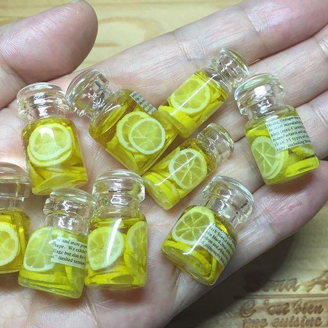 粘土で作ったレモンを小瓶に詰めてレジンで固め、レモネードのミニチュアを作りました☆ 瓶の形が3種類あります♪ ミニチュア梅酒に驚くほどたくさんのいいねやコメントをありがとうございました お返事も出来ず申し訳ありません 読ませていただき、作る力をいただいております! これからもどうぞよろしくお願いいたしますm(__)m #樹脂粘土 #粘土 #フェイクフード #ミニチュアフード #ミニチュア #ドールハウス #clay #miniature #dollhouse #fakefood #miniaturefood #ハンドメイド #レモネード