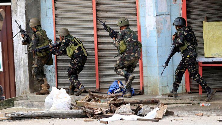 Am Dienstag wurde auf den Philippinen ein Terroristen-Hauptquartier gestürmt. Daraufhin wüteten die Extremisten, enthaupteten einen Polizeichef, nahmen Geiseln und steckten Gebäude in Brand. Die Regierung erklärte den Notstand.