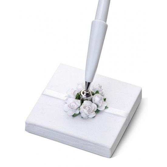 Bruiloft pennenhouder met roosjes. Penhouder, gemaakt van parelmoer wit papier. Met een wit lint en witte rozen. Formaat: ongeveer 8 x 8 x 16 cm.
