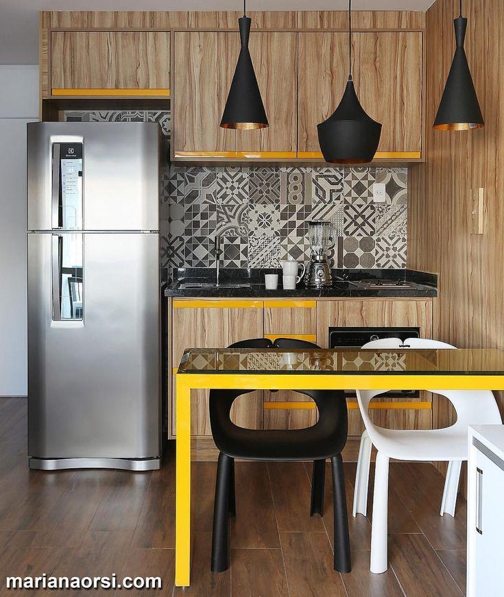 Cozinha com armários em tom amadeirado e ladrilho geométrico por @estudiovolpert_arquitetura