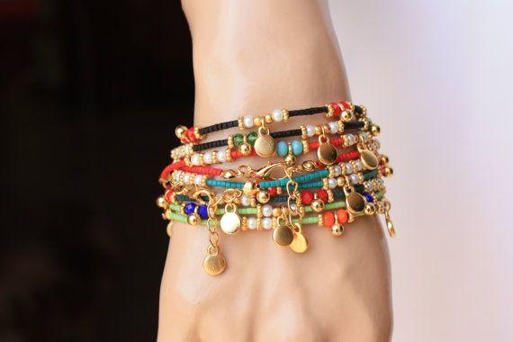 Het is een armband van etnische stijl die is ingericht lime groene Afghaanse parels, kristallen van 4mm, 3mm glas parel, goud gevulde charme en ruimte. Eindigde ook gouden gevulde klappen en ketting. Het is een geweldig cadeau en ook charmante dagelijks dragen.  Maatregel: Uw pols + 1/2 extender keten  Selecteer de kleur van uw pols en kristal in de aanbieding  Prijs is slechts één armband  Deze armbanden zijn klaar om te verzenden vandaag. Kunt u behalve de items met in 15 tot 20 (2-4 w...