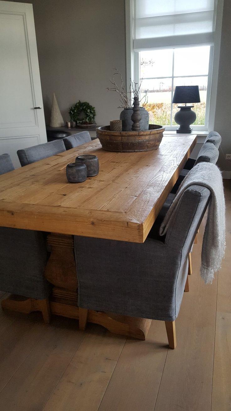 Het is goed toeven aan deze stoere kloostertafel van Mart Kleppe.
