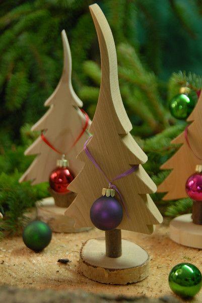 Weihnachtsfiguren - Holzbaum NATUR - Gr. S - 24cm - mit Sockel + Kugel - ein Designerstück von Baumelemente bei DaWanda