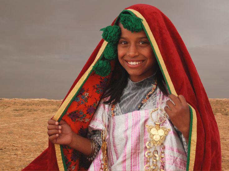Petite fille en habit traditionnel à la limite du désert, Douz Photo Bernard Grua #Tunisia #Orientalism https://bernardgrua.net/2015/06/07/quand-il-pleut-sur-les-chameaux-2/