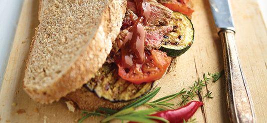 Delhaize - Broodje steak met barbecuesaus en gegrilde groenten
