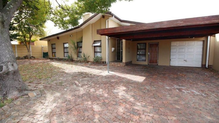 Spacious ,  walking distance to the Brackenfell High School3 Bedrooms with 2 Bathrooms,  Kitchen with laundry,  Spacious living area with braai room,  Swimming pool,  Single Garage,  Bachelors flat with en suiteContactMarietjie 0843333244