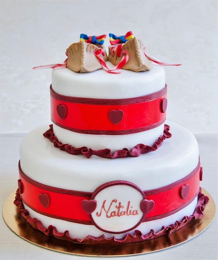 Pentru cei care aleg portul traditional romanesc, atunci acest tort decorat cu opinci populare este cu siguranta cea mai potrivita alegere.  Culorile si detaliile pot fi personalizate dupa bunul plac, astfel ca te asteptam sa degusti compozitia si sa iti realizam un tort de exceptie. Pret: 287 ron.