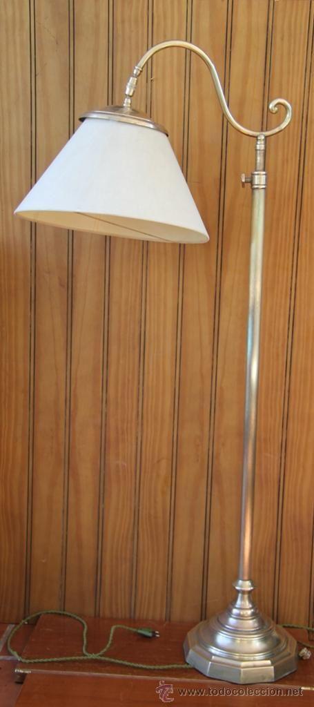 Lámpara antigua con pantalla de cristal, posiblemente en latón y bronce, extensible y con pantalla basculante, Altura máxima 1,72, altura mínima 1,29. 350 €