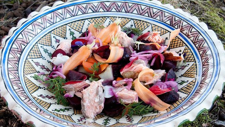 Salat med jordskokk og estragon - Rødbetene holdes for seg helt til de skal legges på fatet, ellers blir alt rødbetfarget. De tynne skivene av rødbeter has i en egen skål med vann. - Foto: Fra TV-serien Hygge i hagen / SVT