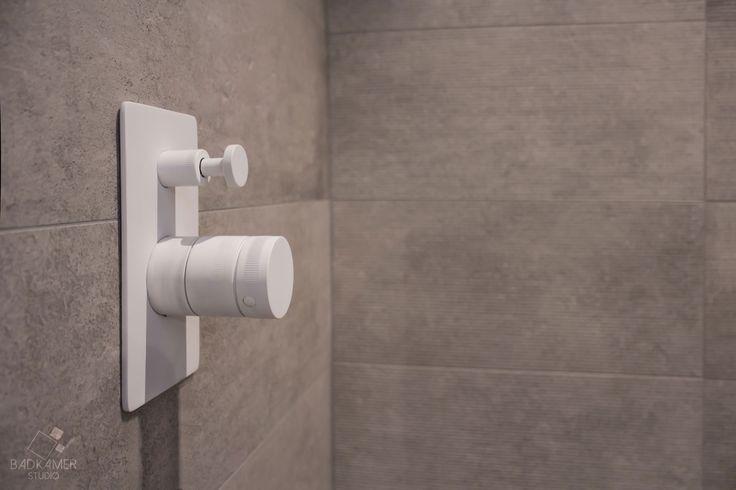 25 beste idee n over grijze badkamers op pinterest grijze badkamerinrichting toilet kleuren - Wat kleur aan een badkamer ...