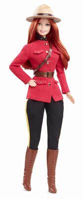 Canadá – Siempre al pendiente de los bosques del segundo país más grande en el mundo, Barbie Canadá viste un traje inspirado en el uniforme de la Red Serge, la famosa policía guardabosques del país del maple. La chaqueta roja, los pantalones negros con vivos laterales en amarillo, el cinturón en cuero marrón y botas de montar a juego, conforman su atuendo típico. Debajo de su sombrero de felpa tipo Stetson, cae una hermosa cabellera negra sobre sus hombros.
