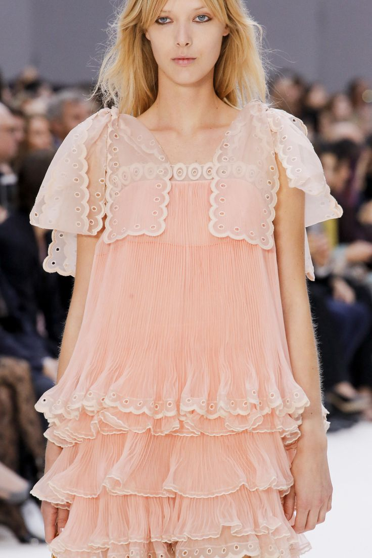 See detail photos for Chloé Spring 2017 Ready-to-Wear collection.