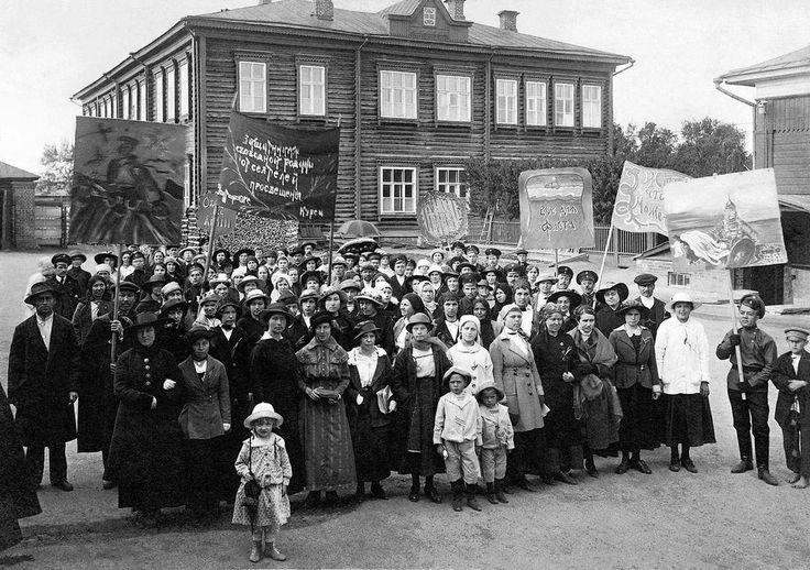 Сбор на демонстрацию учителей-курсисток, июль 1917, Челябинск. В начале XX века с целью подготовки преподавателей для низших начальных училищ появились учительские семинарии, в которых могли обучаться только мужчины, и курсы для женщин. Все учителя, как правило, входили в учительские союзы (с 1915 года), которые не поддержали Cоветскую власть. После Октября устраивали забастовки и саботажи. Летом 1917 года учительство шло за эсерами и меньшевиками, ожидая созыва Учредительного собрания и…