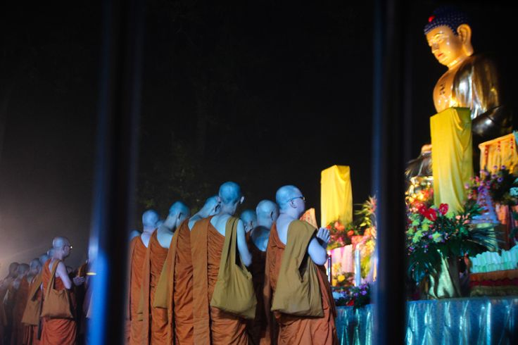 Patung Buddha raksasa tampak duduk anggun sekaligus megah di singgasana berbentuk lotus