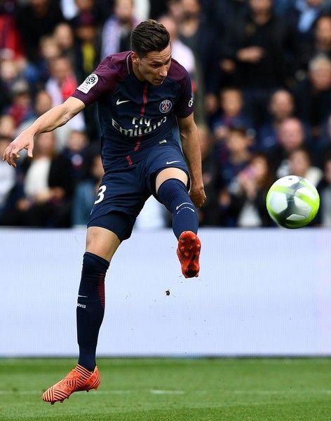 Paris Saint-Germain's German midfielder Julian Draxler scores a goal during the French L1 football match Paris Saint-Germain (PSG) vs Bordeaux (FCGB) on September 30, 2017 at the Parc des Princes stadium in Paris. / AFP PHOTO / FRANCK FIFE